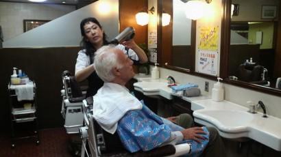 仕上げにホテルの床屋さんで散髪して気合いを入れてます@名古屋
