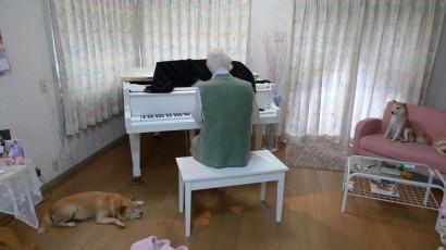 二人ともピアノのそばを離れません。