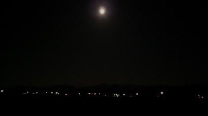 丸い月と立山のシルエット