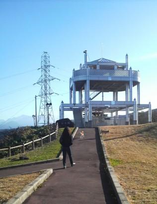 山頂の城跡に「風の城」という風で壊れた風力発電機がありますw