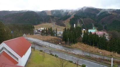 窓からの眺め。目の前にはスキー場があります。