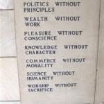 ガンジーの墓に刻まれている「7つの社会的罪」