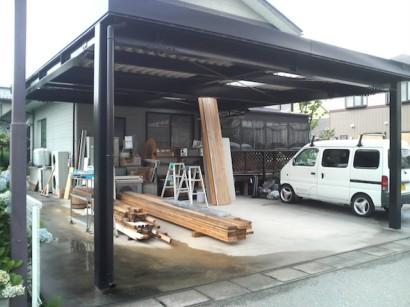 解体した材料や機会でごちゃごちゃの車庫